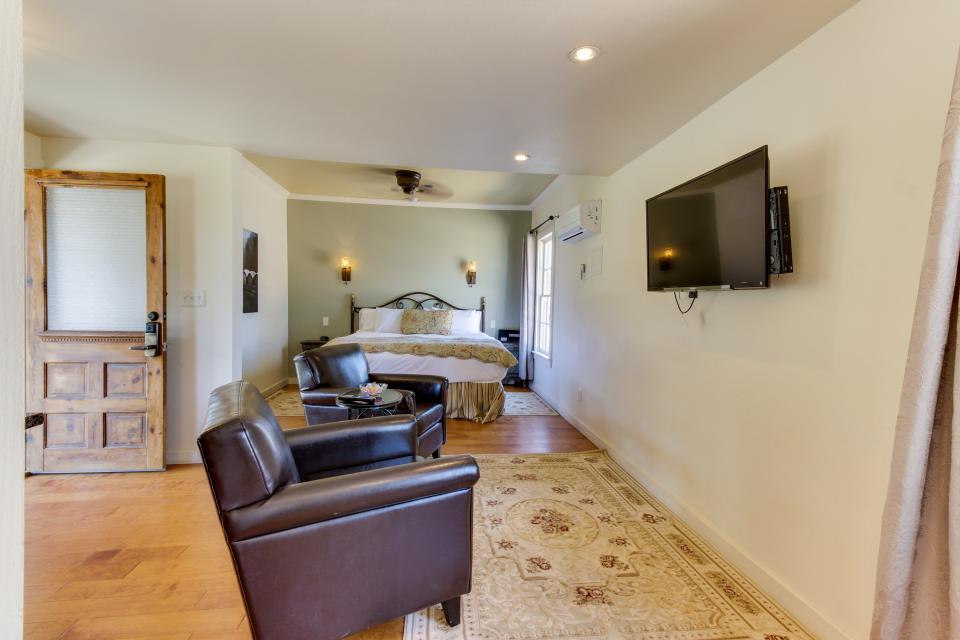 Wine Country Cottages on Main- Full Property - Fredericksburg Vacation Rental - Photo 10