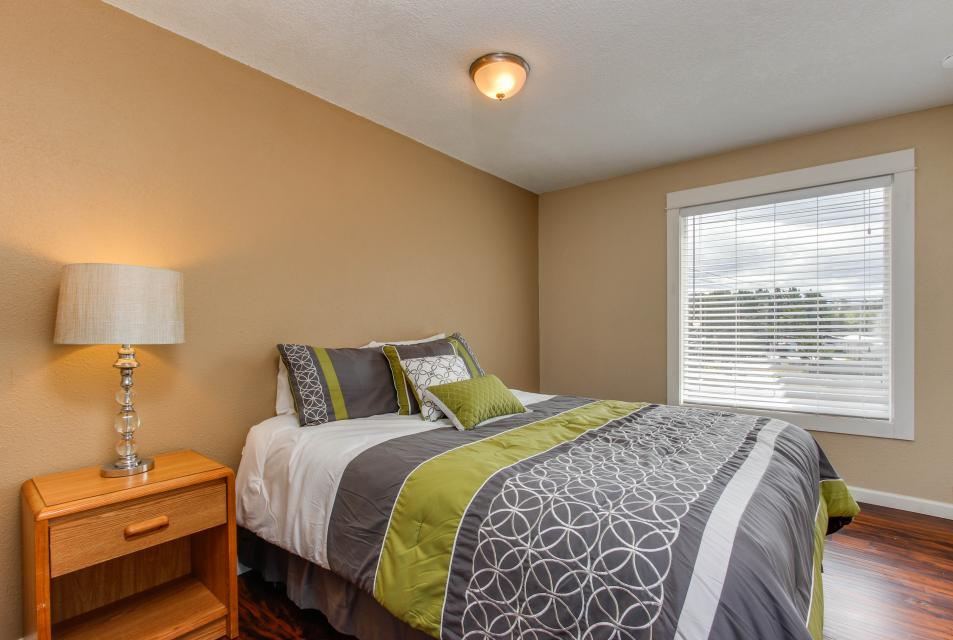 The Whale (Main & Lower) - Lincoln City Vacation Rental - Photo 7