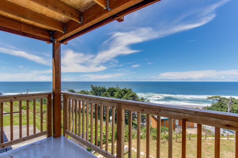 The Whale (Main & Lower) - Lincoln City Vacation Rental - Photo 3