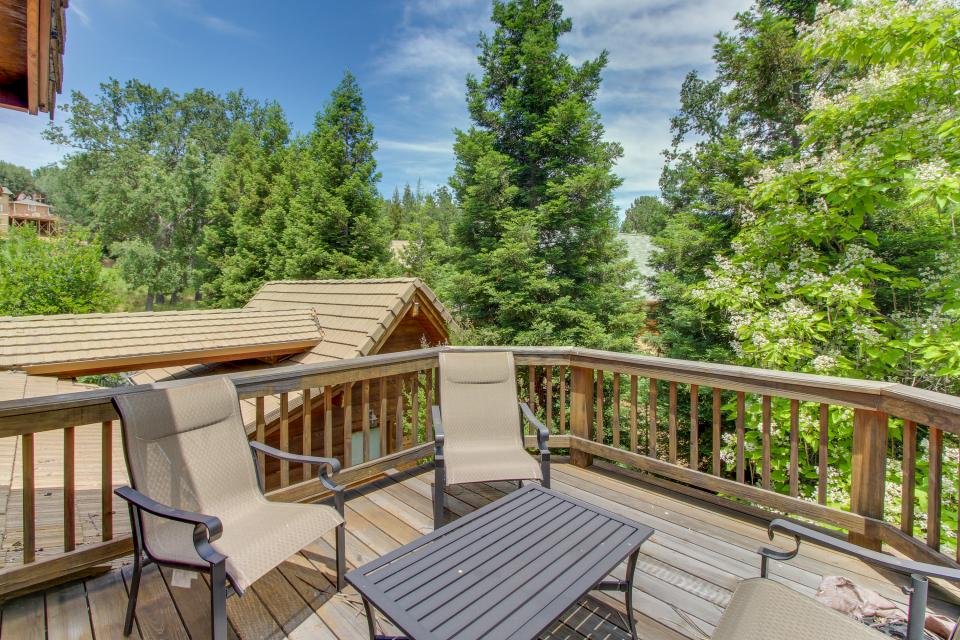 Cedar lodge 05c 318 3 bd vacation rental in groveland for Groveland ca cabin rentals