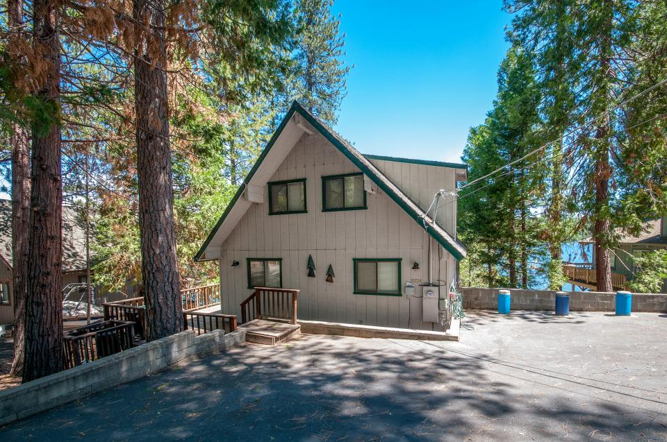 Lakefront cabin 01 440 3 bd vacation rental in for Groveland ca cabin rentals