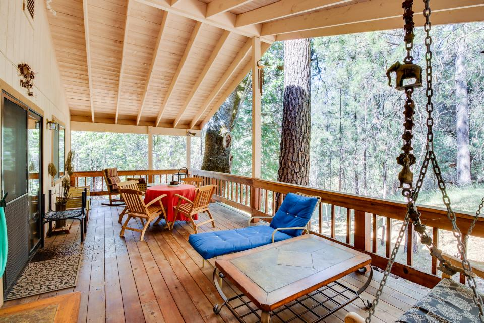 Pine view escape 10 045 3 bd vacation rental in for Groveland ca cabin rentals