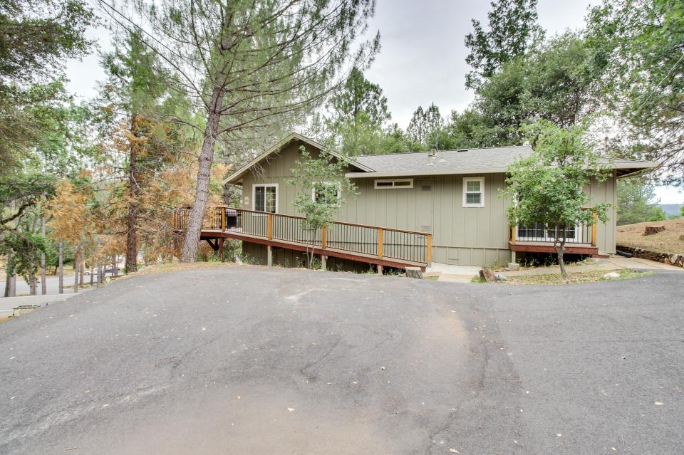 Forest lookout 04 047 4 bd vacation rental in for Groveland ca cabin rentals