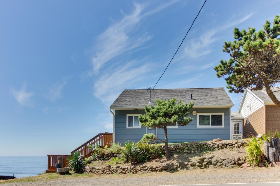 Blue Sea Oceanfront Cottage - Oceanside Vacation Rental - Photo 28
