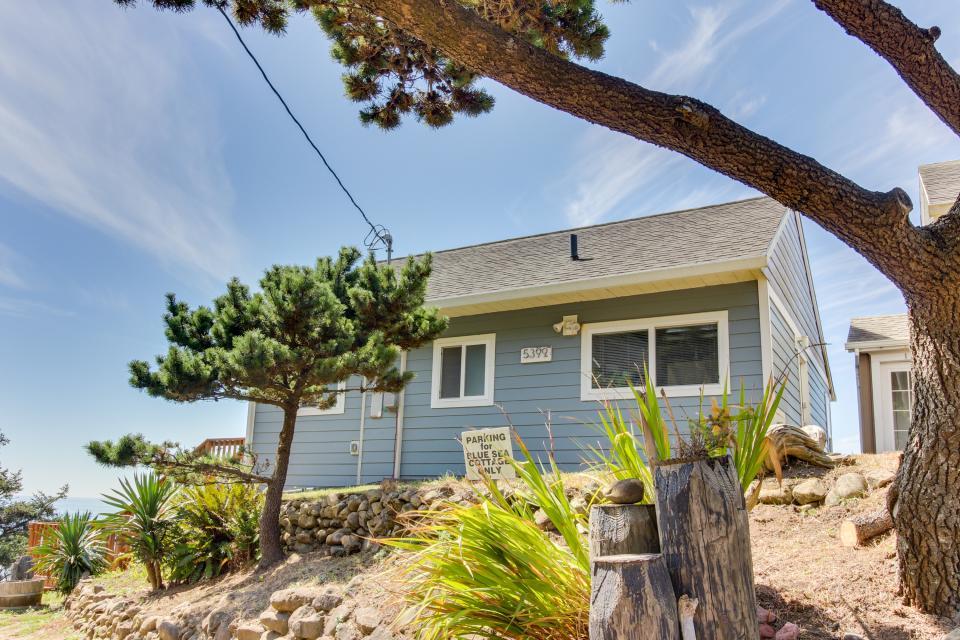 Blue Sea Oceanfront Cottage - Oceanside Vacation Rental - Photo 32