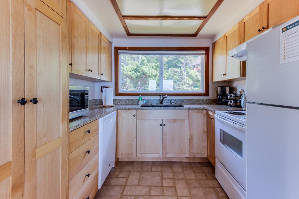 Blue Sea Oceanfront Cottage - Oceanside Vacation Rental - Photo 9