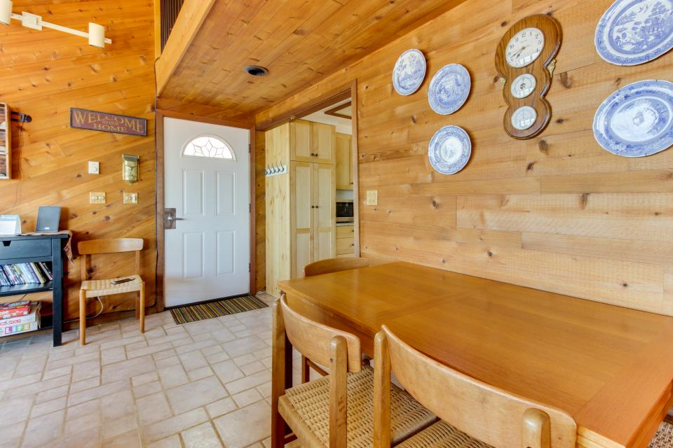 Blue Sea Oceanfront Cottage - Oceanside Vacation Rental - Photo 8