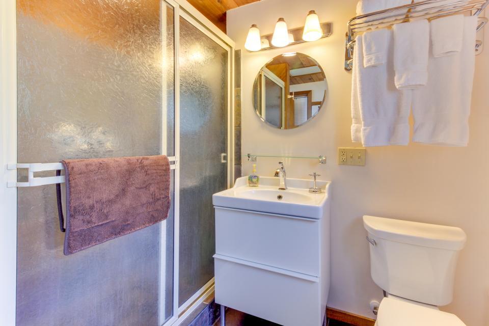 Blue Sea Oceanfront Cottage - Oceanside Vacation Rental - Photo 24
