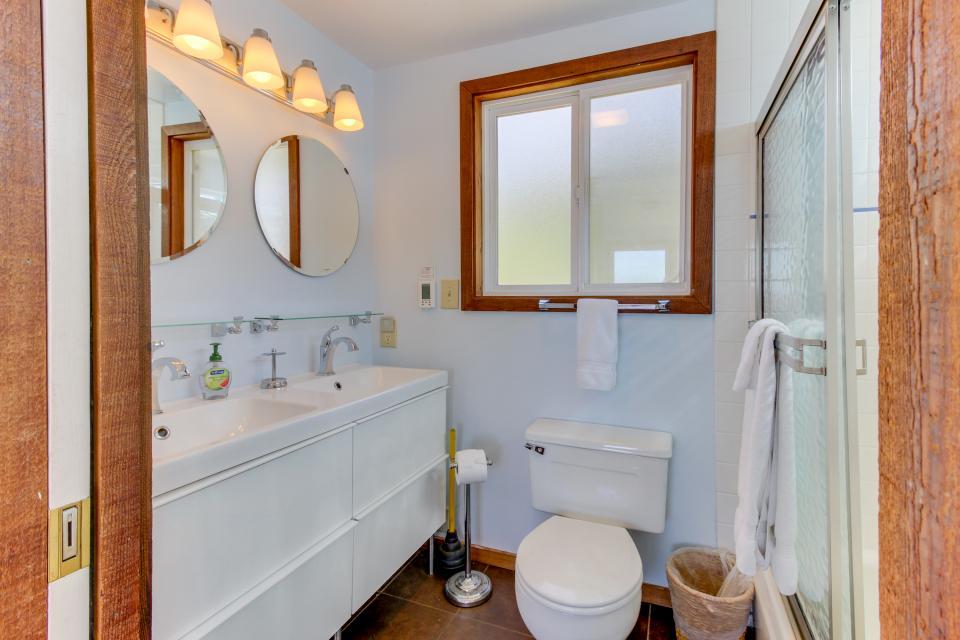 Blue Sea Oceanfront Cottage - Oceanside Vacation Rental - Photo 15