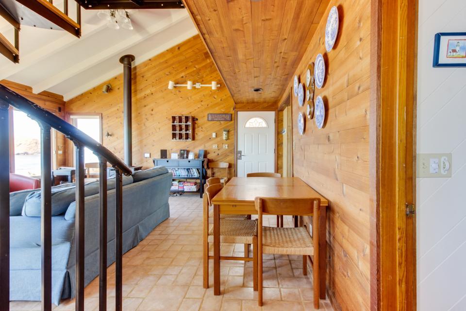 Blue Sea Oceanfront Cottage - Oceanside Vacation Rental - Photo 26