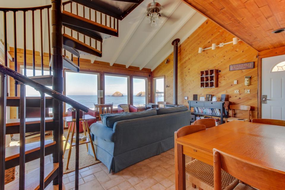 Blue Sea Oceanfront Cottage - Oceanside Vacation Rental - Photo 7