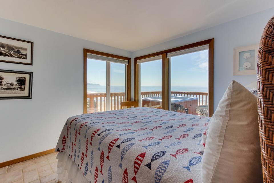 Blue Sea Oceanfront Cottage - Oceanside Vacation Rental - Photo 13