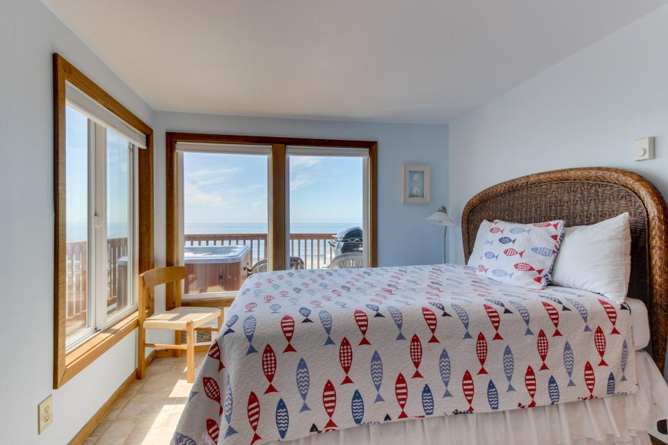 Blue Sea Oceanfront Cottage - Oceanside Vacation Rental - Photo 12