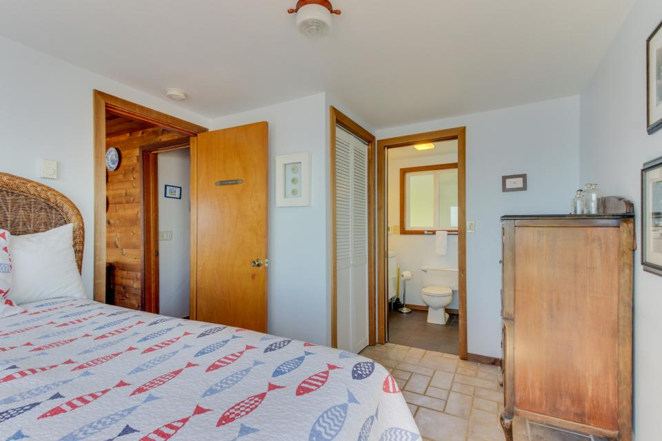 Blue Sea Oceanfront Cottage - Oceanside Vacation Rental - Photo 14