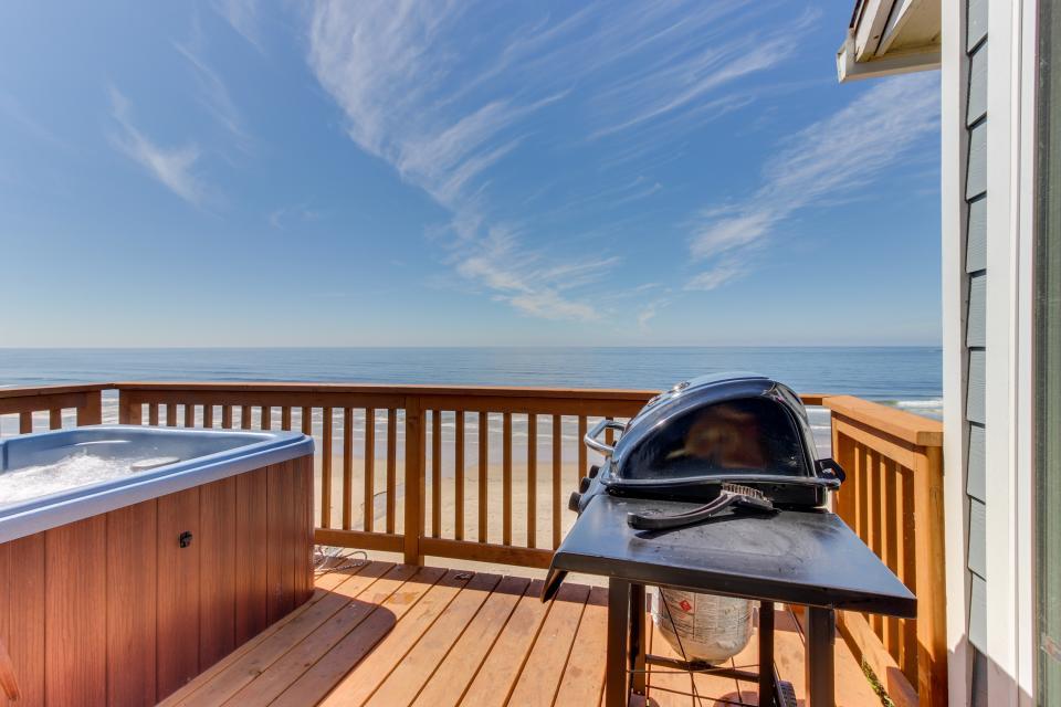 Blue Sea Oceanfront Cottage - Oceanside Vacation Rental - Photo 30