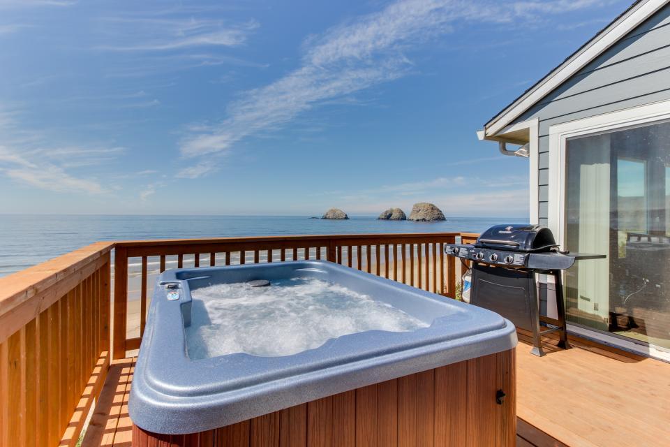 Blue Sea Oceanfront Cottage - Oceanside Vacation Rental - Photo 29