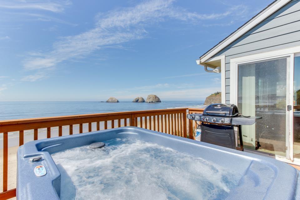 Blue Sea Oceanfront Cottage - Oceanside Vacation Rental - Photo 1