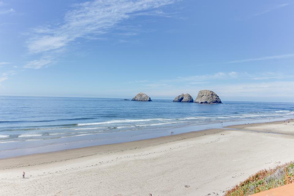 Blue Sea Oceanfront Cottage - Oceanside Vacation Rental - Photo 4