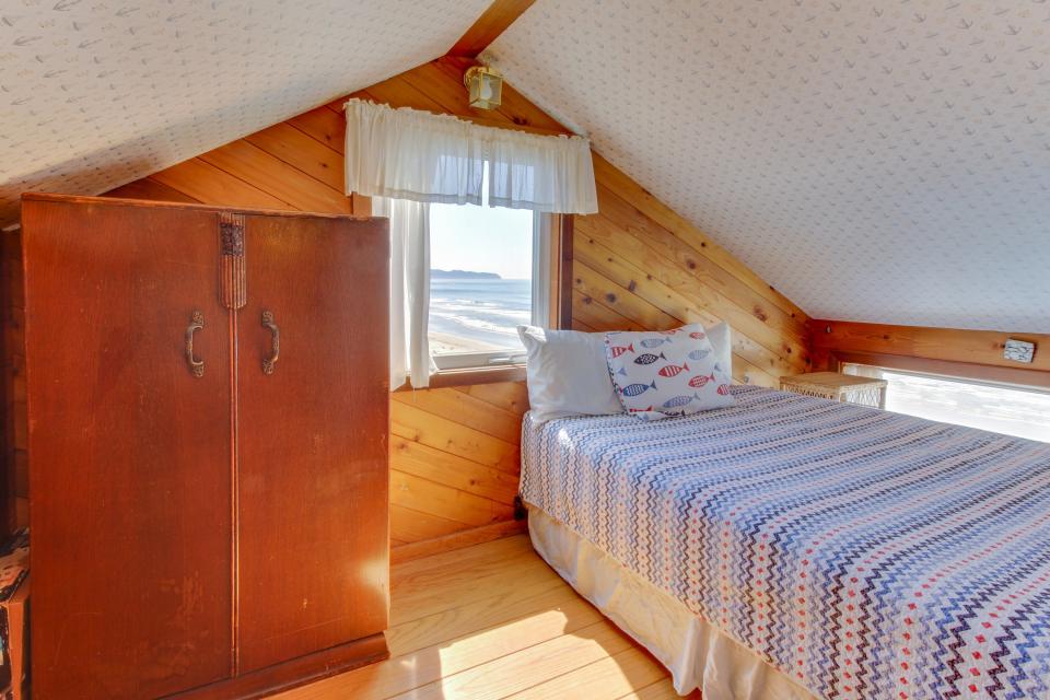Blue Sea Oceanfront Cottage - Oceanside Vacation Rental - Photo 20
