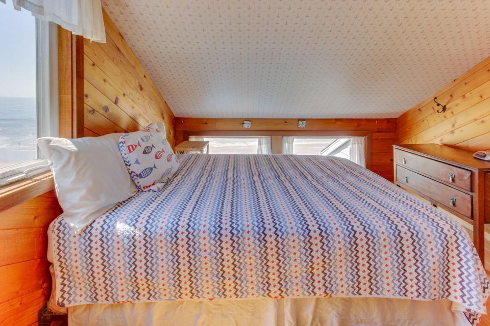 Blue Sea Oceanfront Cottage - Oceanside Vacation Rental - Photo 21