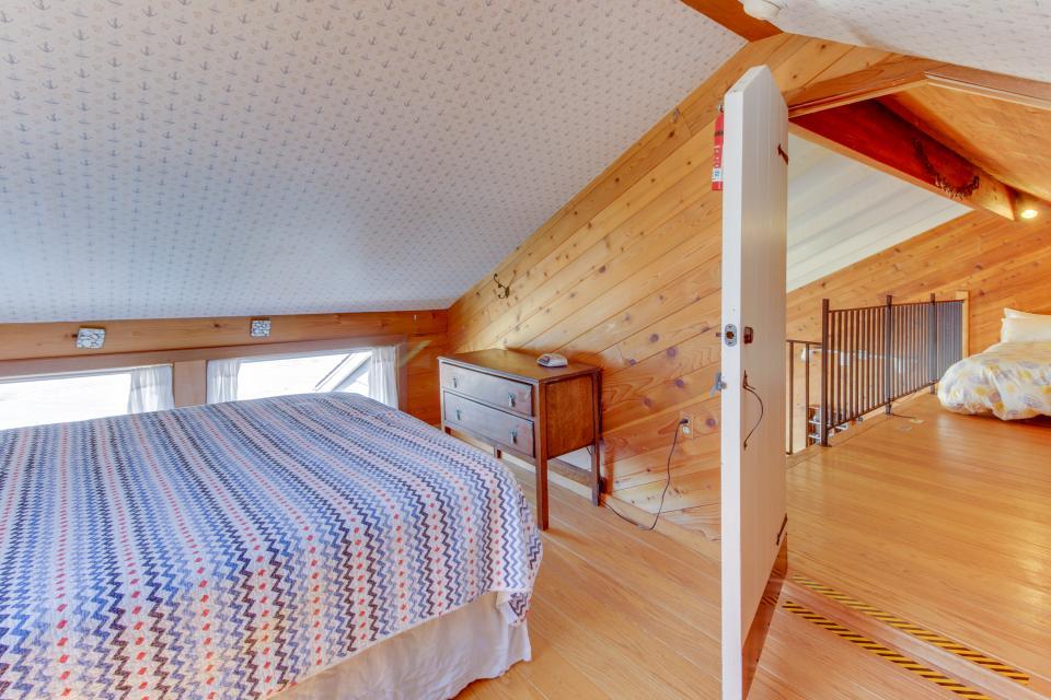 Blue Sea Oceanfront Cottage - Oceanside Vacation Rental - Photo 22