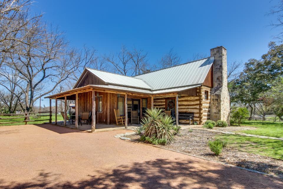 Katrina 39 s cabin 2 bd vacation rental in fredericksburg for Cabins near fredericksburg tx