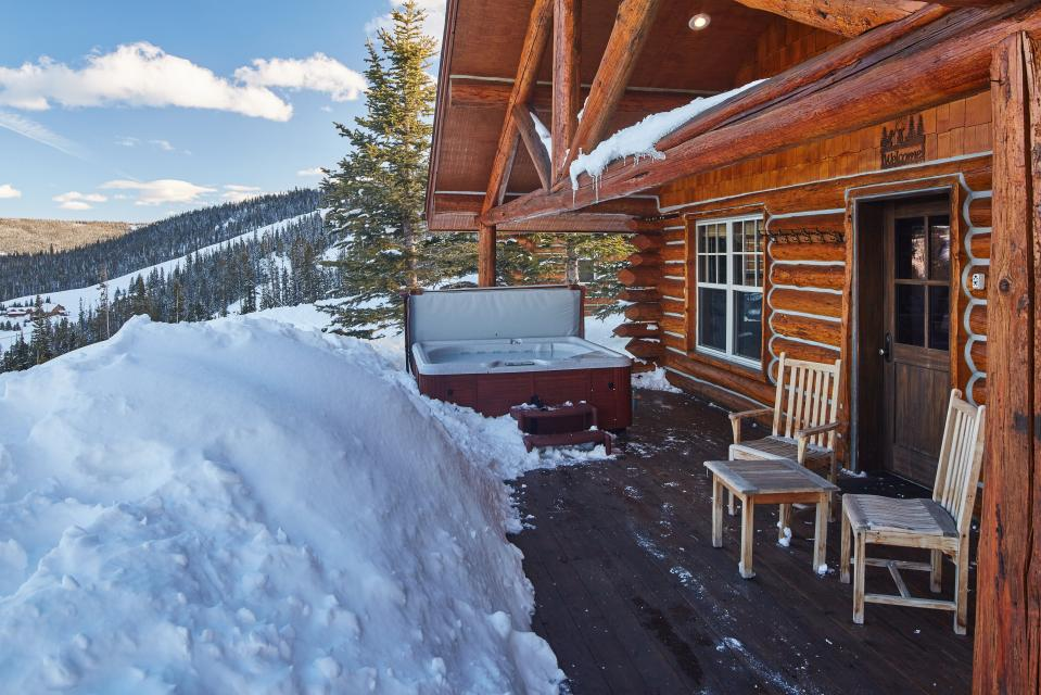 Cowboy cabin 9 2 bd vacation rental in big sky mt vacasa for Big sky cabin rentals