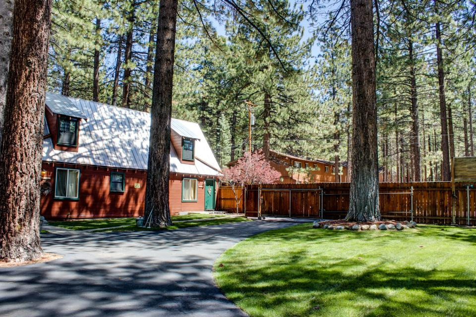 Spruce grove washoe cabin 2 bd vacation rental in south for Rent a cabin in lake tahoe ca