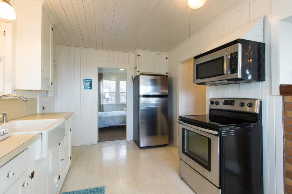 The Rising Tide Oceanfront Cottage - Rockaway Beach Vacation Rental - Photo 11