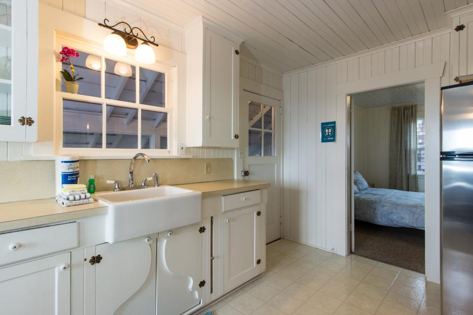 The Rising Tide Oceanfront Cottage - Rockaway Beach Vacation Rental - Photo 10
