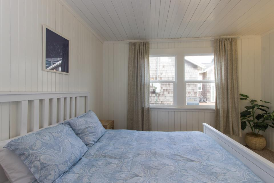 The Rising Tide Oceanfront Cottage - Rockaway Beach Vacation Rental - Photo 13
