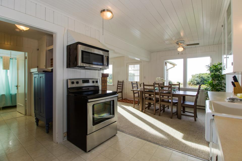 The Rising Tide Oceanfront Cottage - Rockaway Beach Vacation Rental - Photo 12
