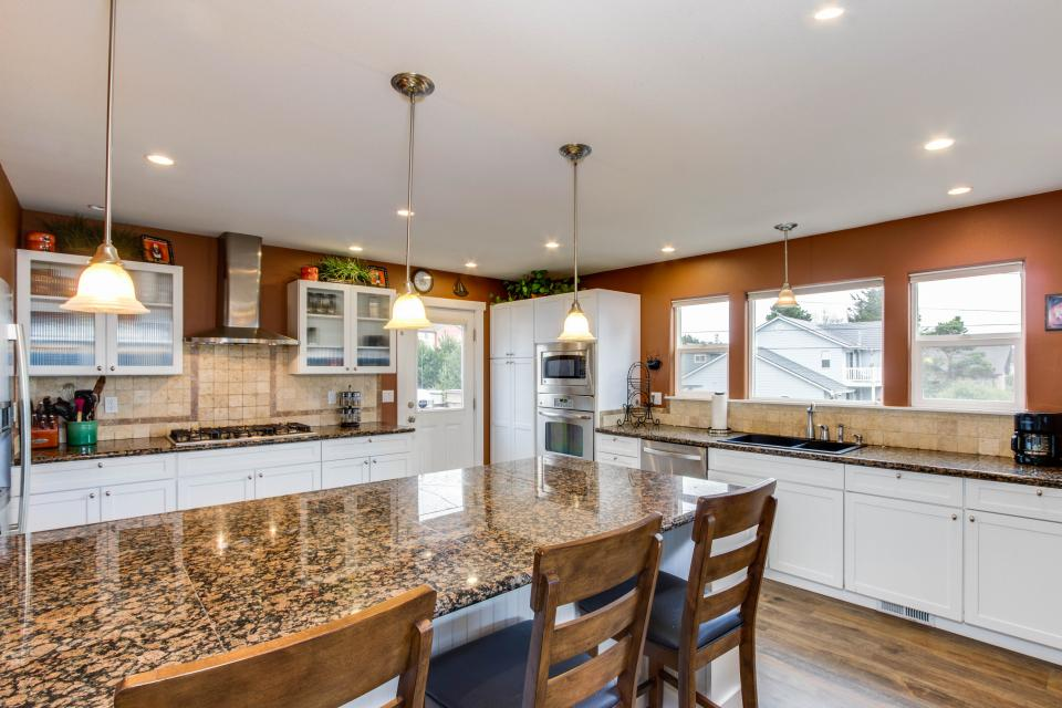 Crystal Rose Luxury Home - Lincoln City Vacation Rental - Photo 12