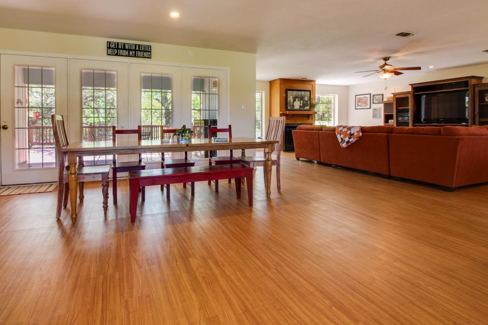 Legacy Hideaway - Harper Vacation Rental - Photo 2