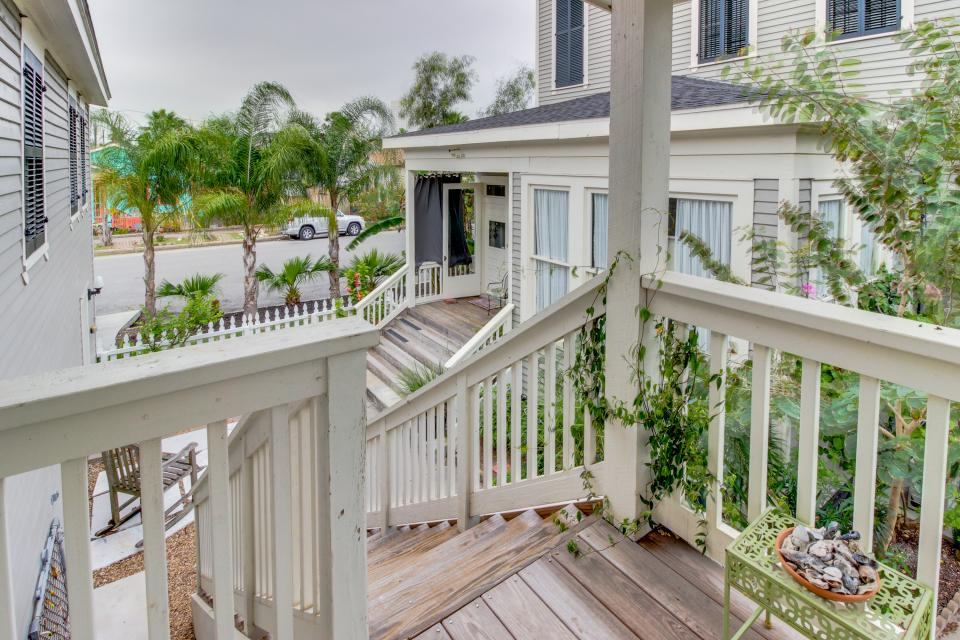 1883 Levy - Bowden Carriage House  - Galveston Vacation Rental - Photo 3