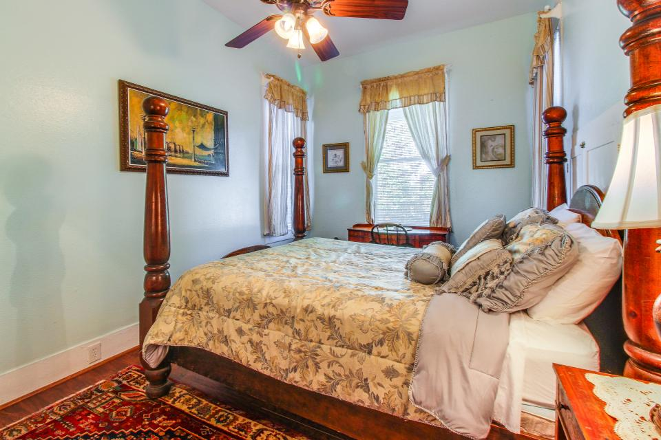 Three Sisters: Full Property - Galveston Vacation Rental - Photo 13