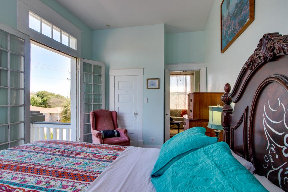 Three Sisters: Full Property - Galveston Vacation Rental - Photo 29