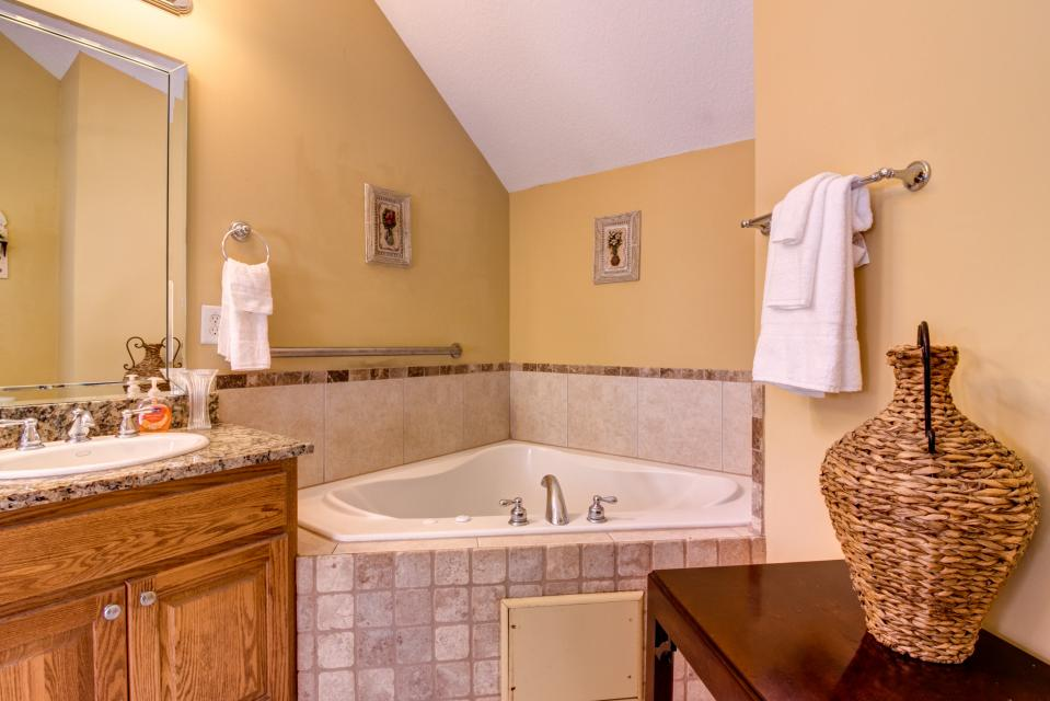 The Bird and  the Bear - Talking Rock Vacation Rental - Photo 41