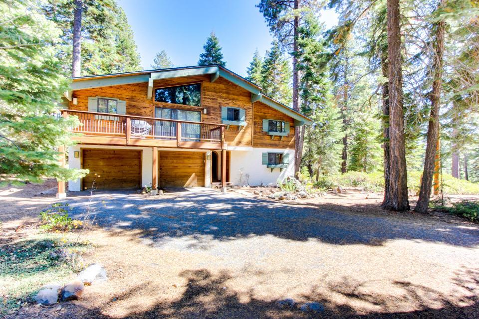 Schifahren 4 bd vacation rental in tahoe city ca vacasa for Tahoe city cabin rentals