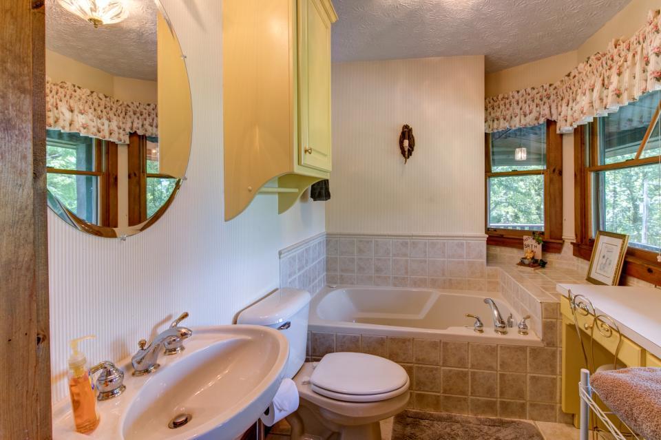 Weeks Creek Lodge - Blue Ridge Vacation Rental - Photo 11
