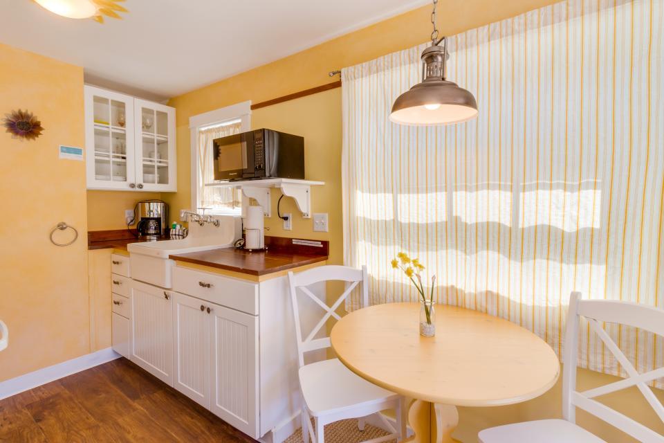 Hidden Villa Cottage #5 - The Sunflower Cottage - Cannon Beach Vacation Rental - Photo 4