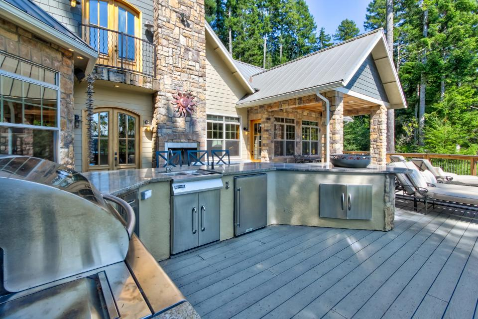 Blacks Arm Luxury Home - Boat-Access Only - Lakeside Vacation Rental - Photo 36