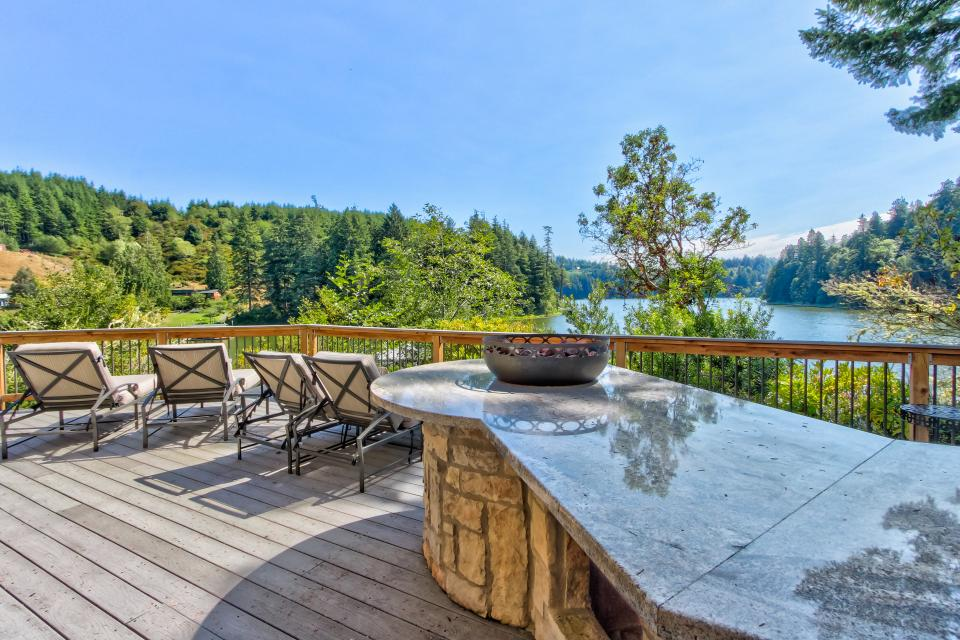 Blacks Arm Luxury Home - Boat-Access Only - Lakeside Vacation Rental - Photo 39