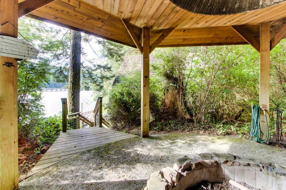 Blacks Arm Cottage - Boat-Access only - Lakeside Vacation Rental - Photo 25