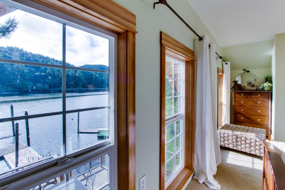 Blacks Arm Cottage - Boat-Access only - Lakeside Vacation Rental - Photo 16