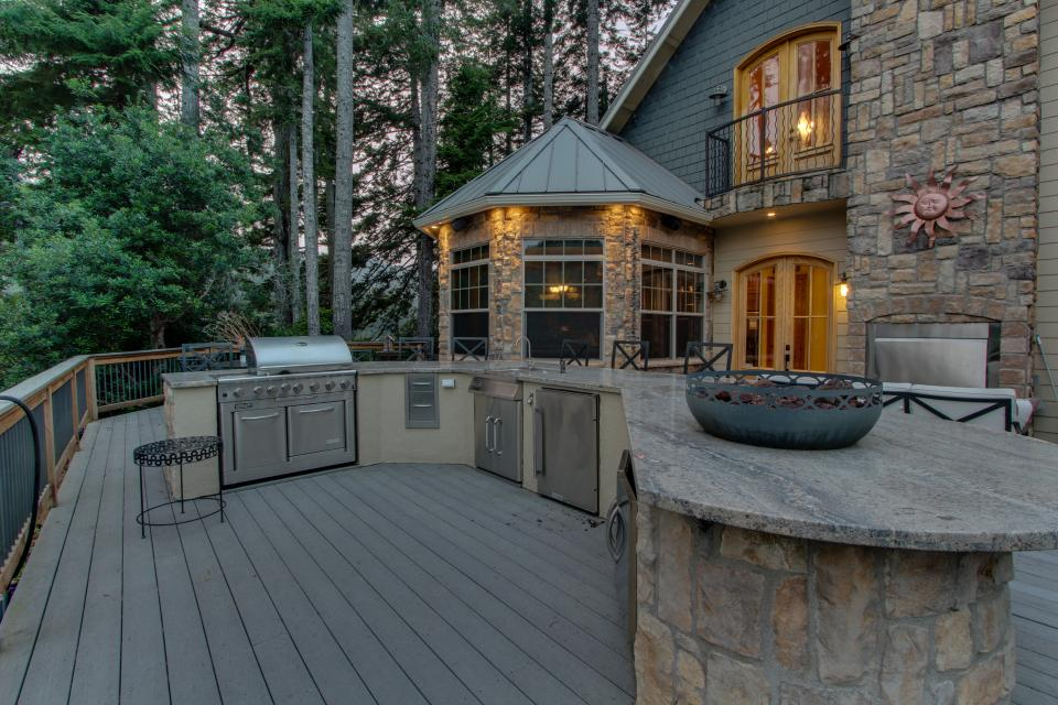Blacks Arm Luxury Home - Boat-Access Only - Lakeside Vacation Rental - Photo 4