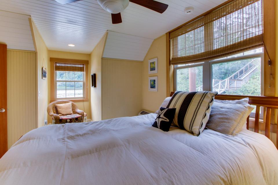 Blacks Arm Luxury Home with Boat House - Boat-Access Only - Lakeside Vacation Rental - Photo 34