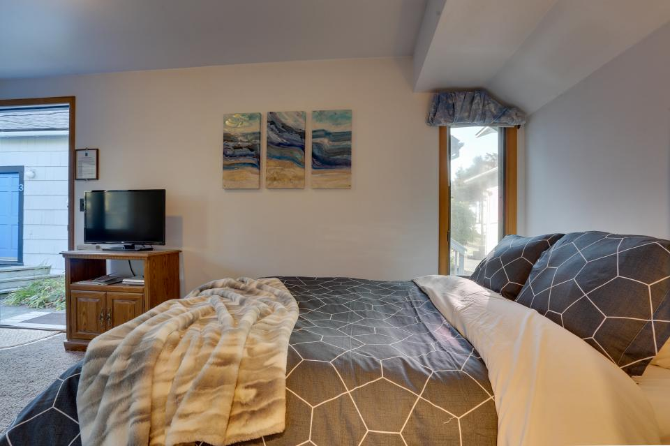 Ocean Rogue Inn Unit A - Rockaway Beach Vacation Rental - Photo 2