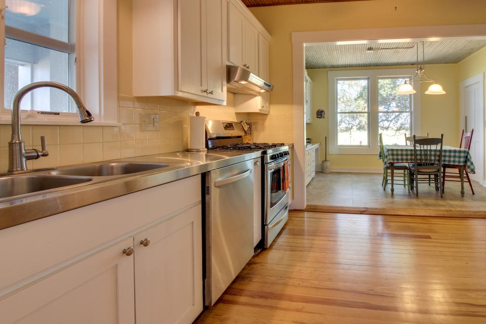 White Dairy Guesthouse - Fredericksburg Vacation Rental - Photo 6