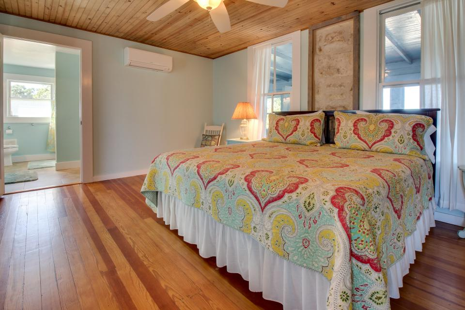 White Dairy Guesthouse - Fredericksburg Vacation Rental - Photo 23